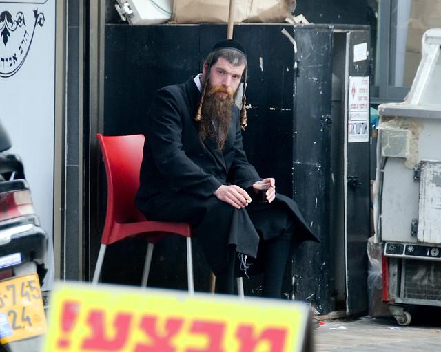 Judío ortodoxo sentado en Jerusalén