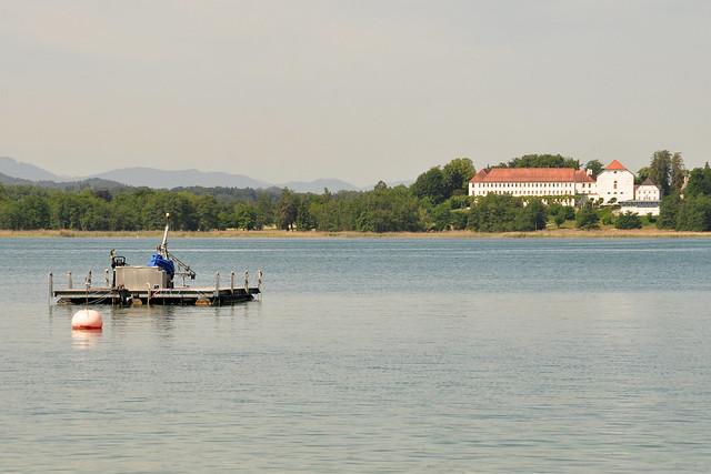 Blick von der Fraueninsel im Chiemsee auf die Herreninsel und König Ludwigs Schloss Herrenchiemsee ... Schaufelraddampfer Ludwig Feßler ... Foto: Brigitte Stolle 2018