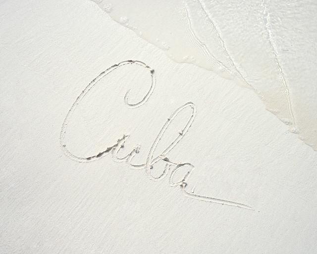 La palabra Cuba escrita en la arena