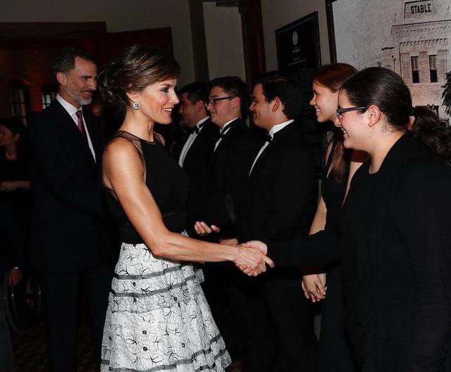 La Reina Letizia y sus brazos