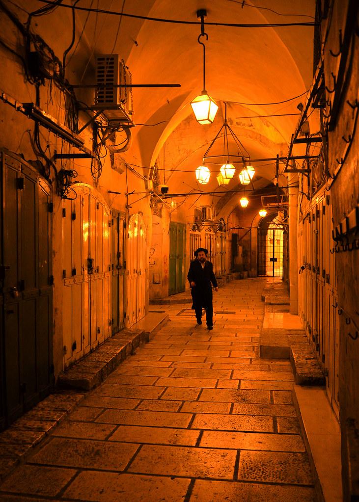 Judío corriendo por las calles de Jerusalén