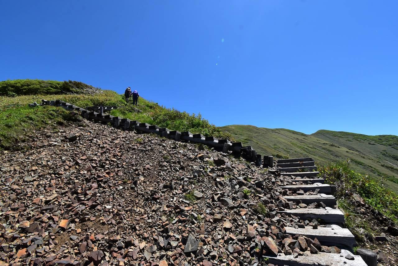平標山登山道の階段