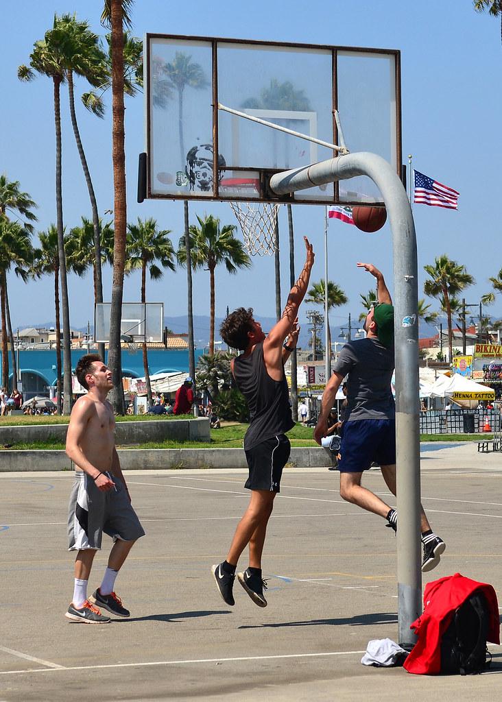 Canchas de baloncesto donde juegan en la playa de Venice
