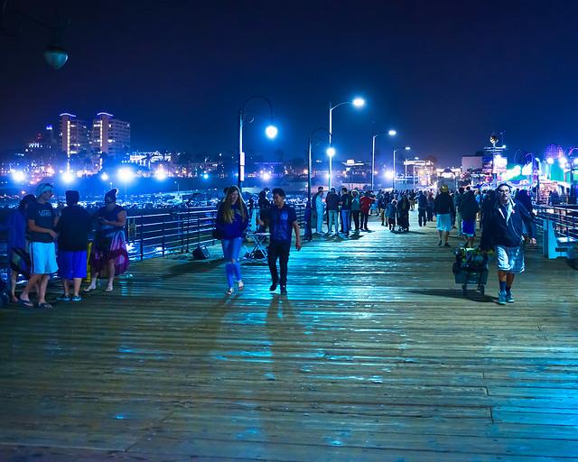 Plataforma de madera iluminada en la noche en Santa Mónica