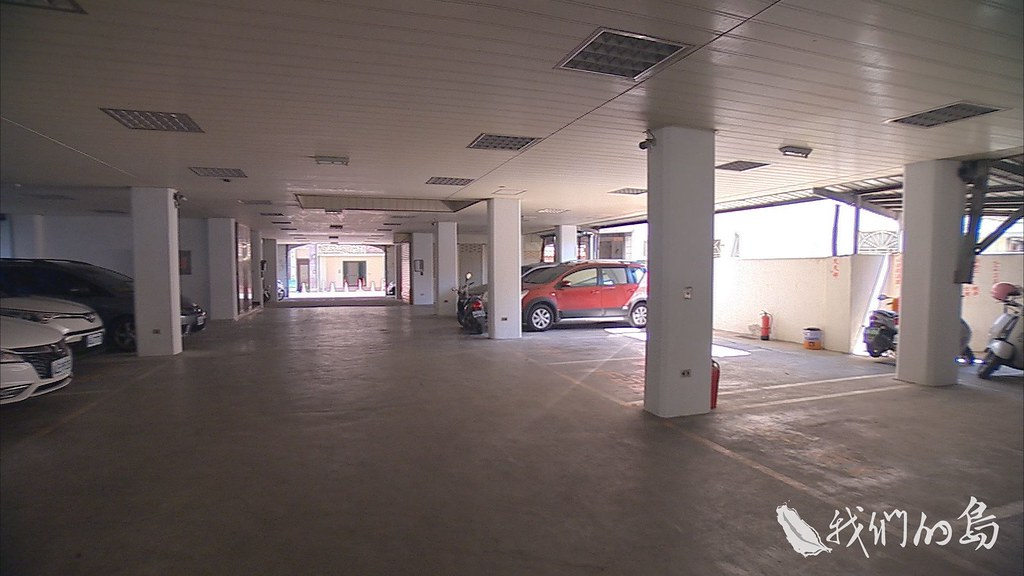 963-1-29s一樓作為停車場只有梁柱沒有圍牆的大樓,這一類軟弱底層建築被列為關注的重點。