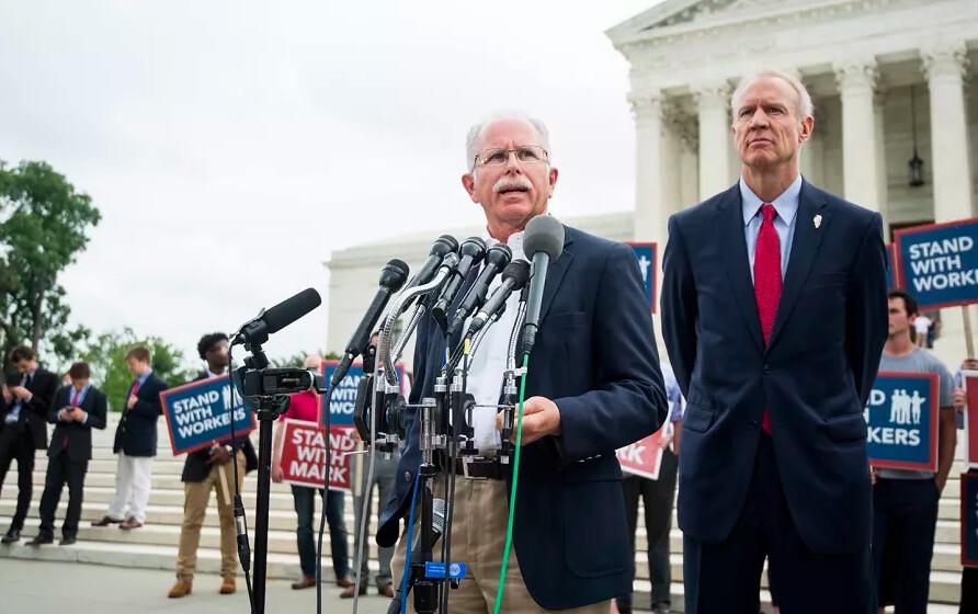 将美国公务员工会(AFSCME)告上法庭的马克・詹尼斯(左)。(图片来源:AP Photo / Bill Clark)