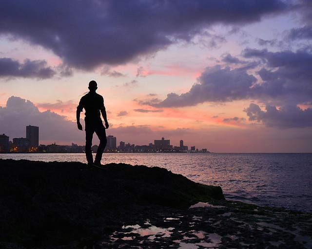 Miguel Egido, de Diario de un Mentiroso, frente al Malecón de La Habana