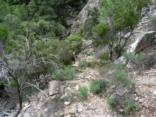 Descente du chemin RD du Finicione : la traversée du ruisseau sous l'aiguille rocheuse 851m