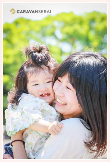 赤ちゃんを抱っこするママ(母)