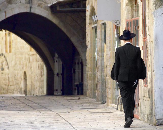Judío ortodoxo caminando por las calles de Jerusalén