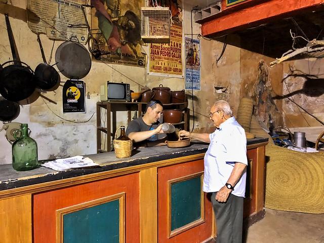 En la taberna de Amanece que no hay poco que se conserva en Aýna (y sirviendo un copazo a Amancio Palacios)