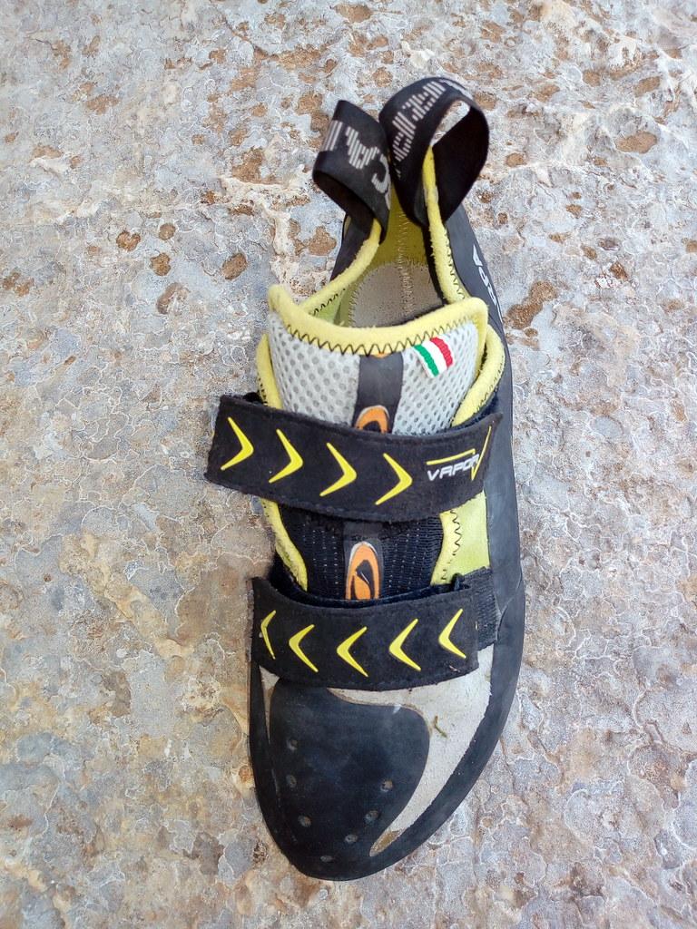 Μεγάλη γλώσσα και 2 Velcro που δένουν ικανοποιητικά  από χαμηλά το παπούτσι και ένα κομμάτι λάστιχο στο πάνω μέρος.