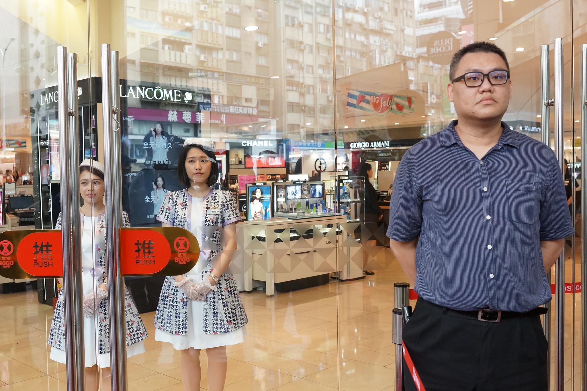 SOGO百貨11點開門,專櫃人員迎接顧客,門外保全負責阻擋工會。(攝影:王顥中)