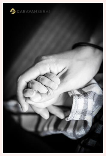 赤ちゃんの手を握るママの手
