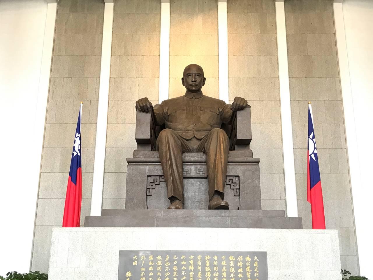 台湾 国父記念館 蒋介石銅像