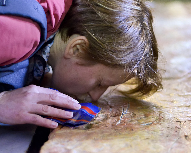 Mujer besando la piedra donde ungieron a Jesús