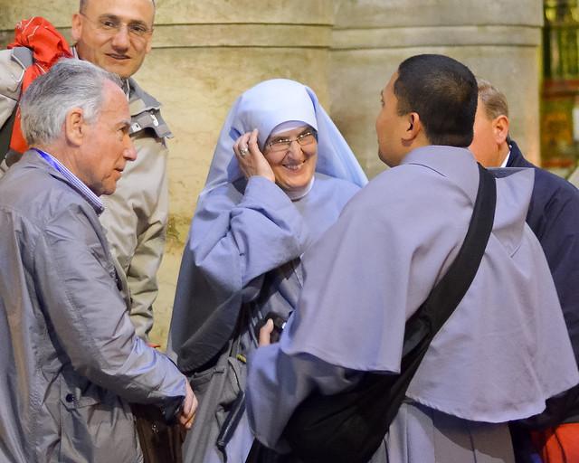 Monjas hablando con sacerdotes
