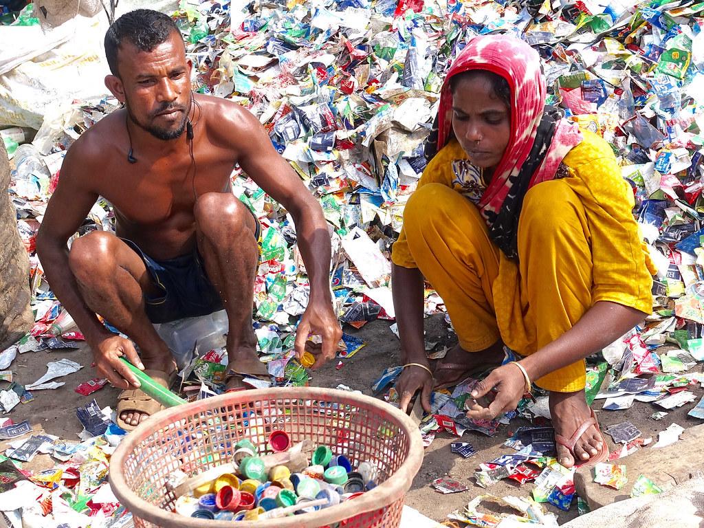 印度孟加拉處理塑膠垃圾的人們。圖片來源:Gerry Popplestone(CC BY-NC-ND 2.0)
