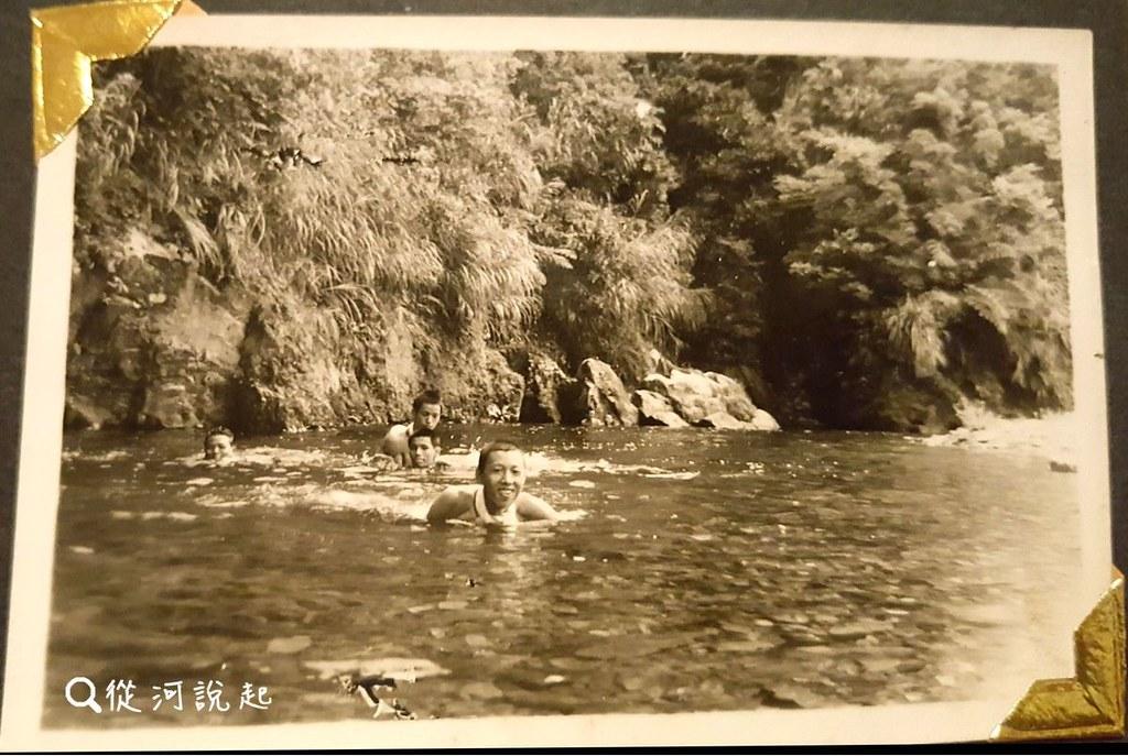 1_小時候在溪裡玩耍的舊照片