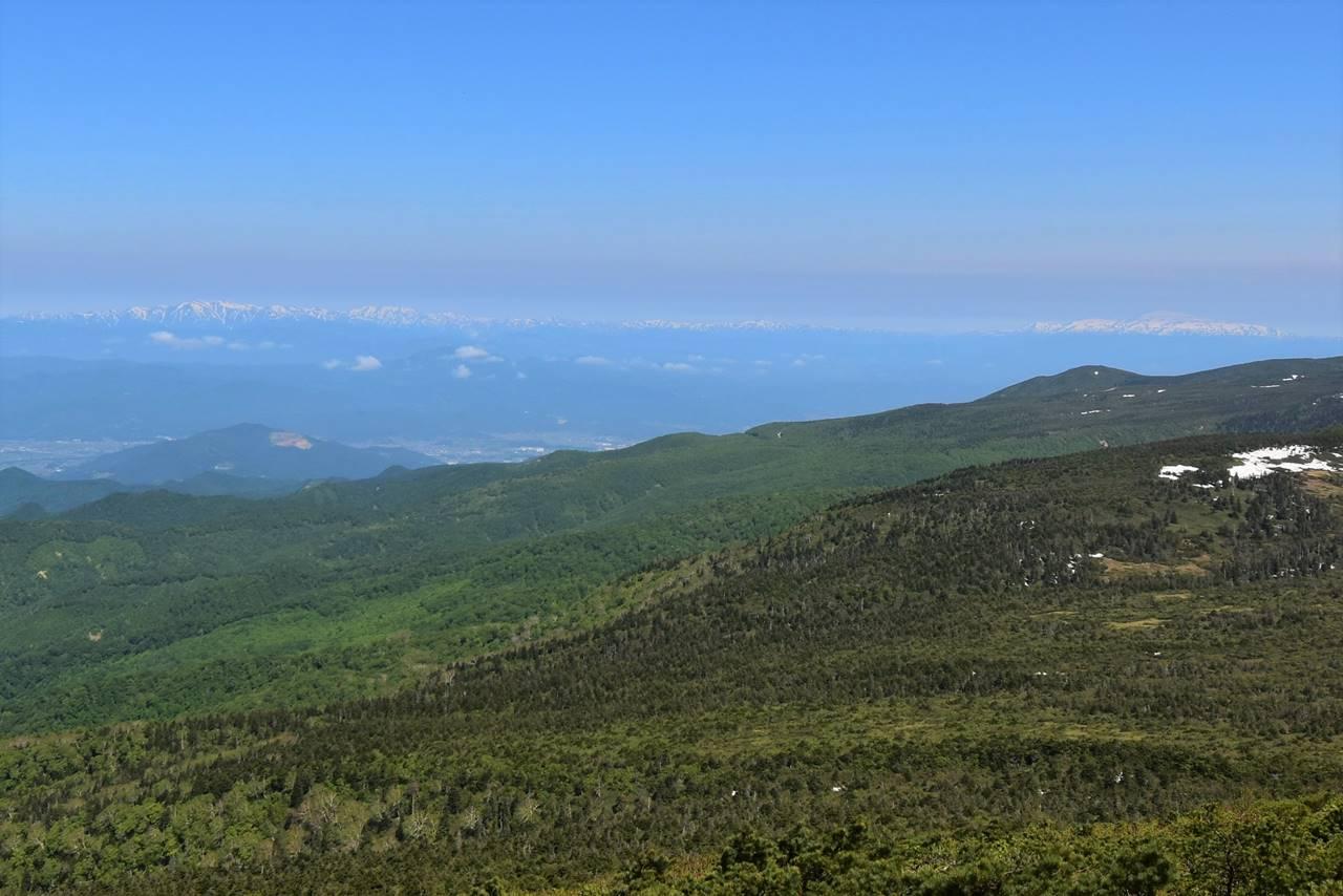 南屏風岳から眺める朝日連峰と月山