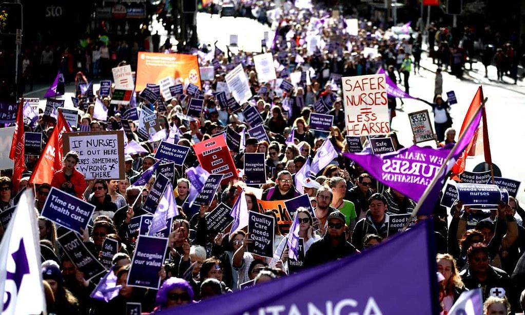 政府提出的调薪幅度不符预期,纽西兰护士于7月12日走上奥克兰街头。这是30年以来纽西兰护士首度发起停工。(图片来源:Photograph- Phil Walter:Getty Images)