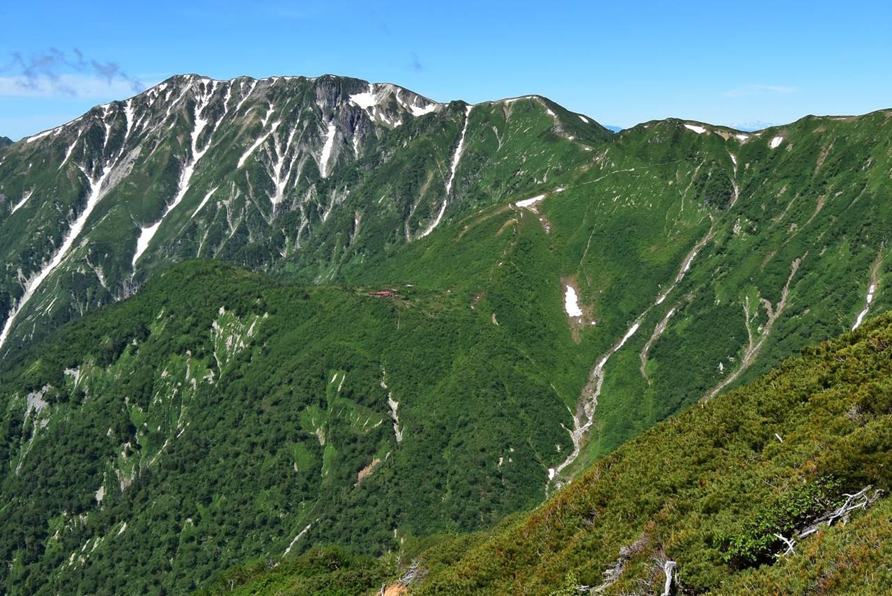 西鎌尾根から眺める鏡平山荘