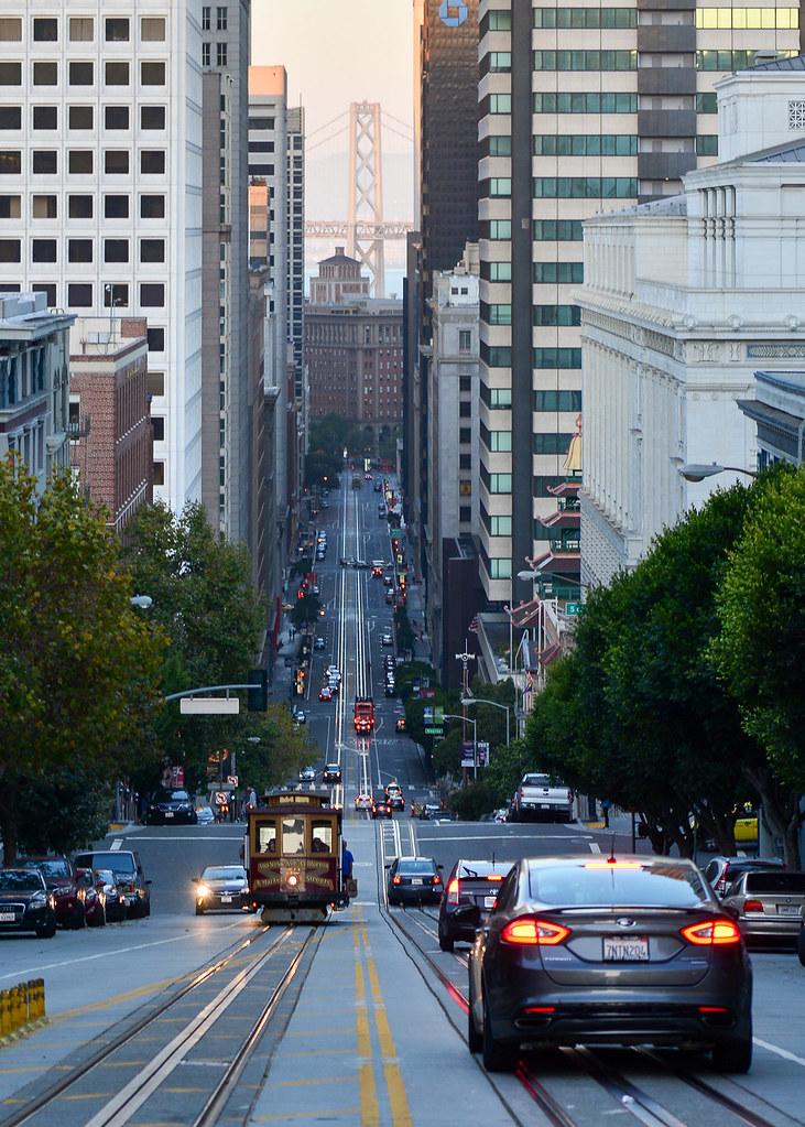 California Street, en San Francisco, entre rascacielos y el Golden Gate al fondo