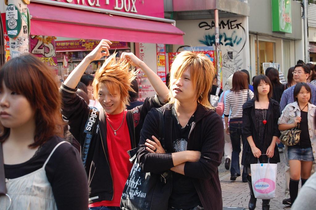 Hombres en la calle Takeshita Dori