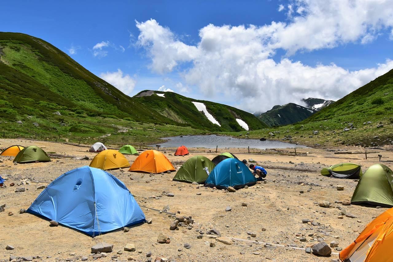 双六小屋のテント場と双六池