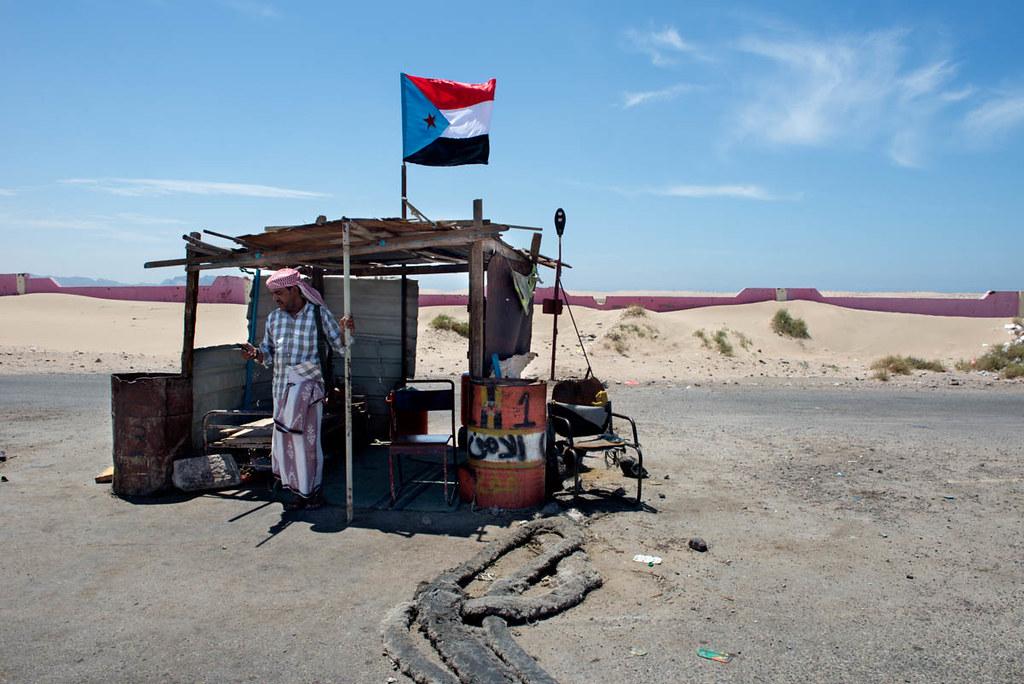 葉門人民民主共和國的旗幟於南方某處的檢查站上方飄揚。(圖片來源:Judith Prat/Al Jazeera)
