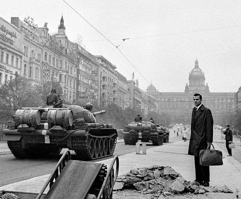 Ciudadanos de Praga en la Plaza de Venceslao  (Václavské náměstí), sorprendidos ante la llegada de los tanques  soviéticos a la capital checoslovaca en la mañana del 21 de agosto de  1968. Al fondo de la plaza se ve el imponente Museo Nacional de Praga,  que fue acribillado por los tanques soviéticos al creer que se trataba  del Parlamento.