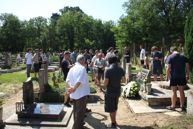 VCSE - Táborozóink a hencsei temetőben a falu polgármesterével - Csizmadia Tamás felvétele