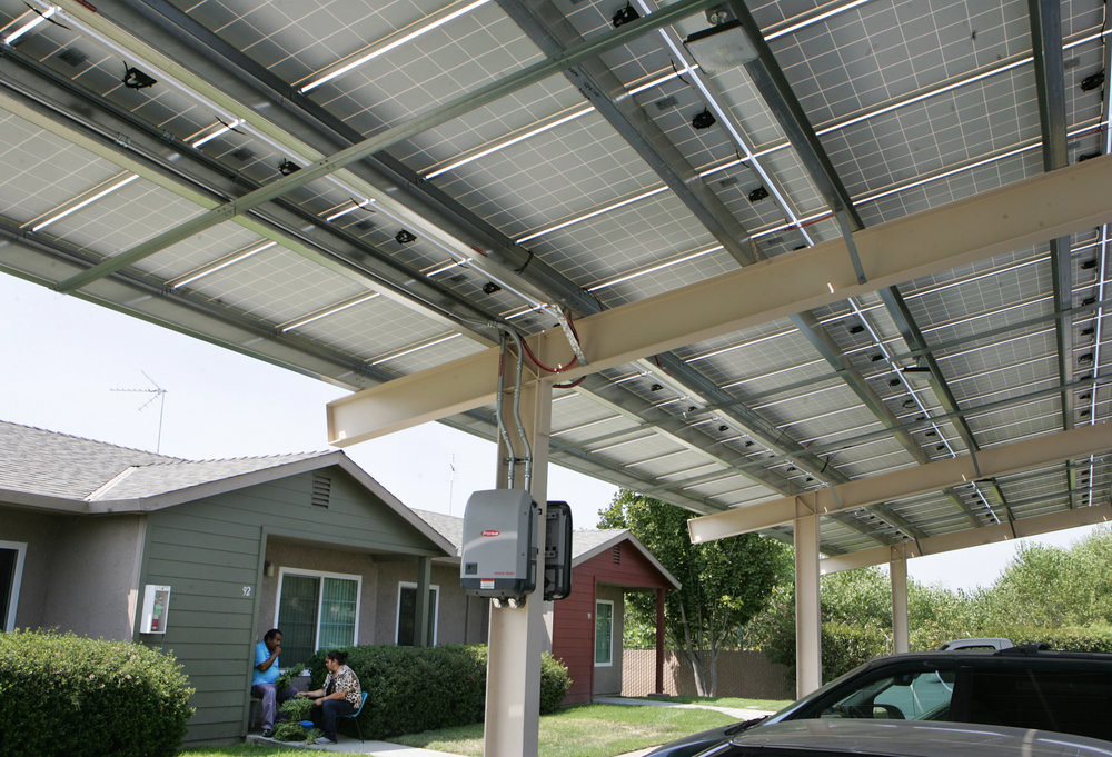 加州「葡萄園之家」(Casas de la Viña)的太陽能板。