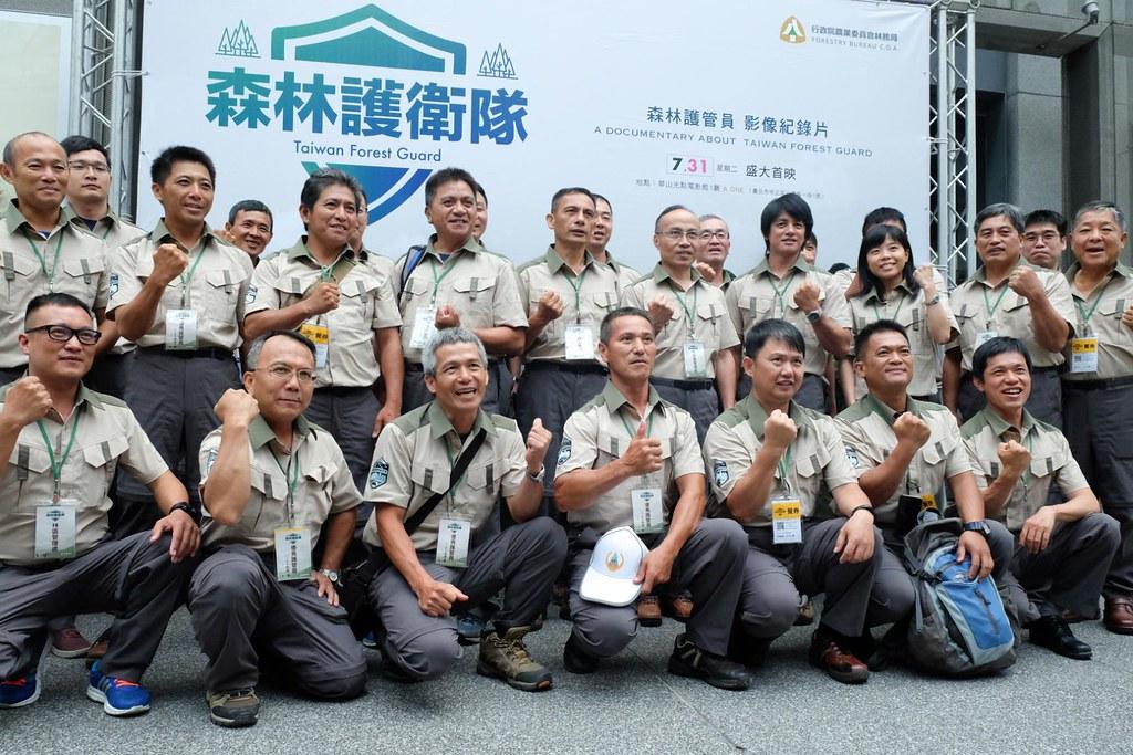 森林護管員穿上林務局新發行的制服,以南湖大山為徽章,期望和民眾一起守護臺灣山林(攝影/林慧貞)