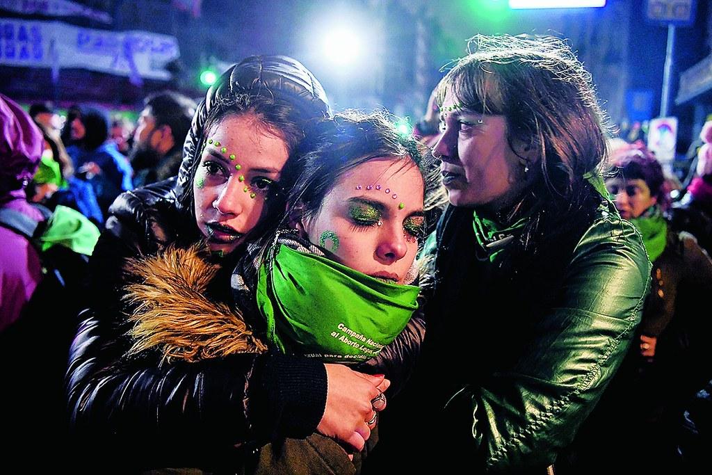 支持墮胎合法化的群眾在阿根廷參議院否決法案後難掩失望。(圖片來源:AFP)