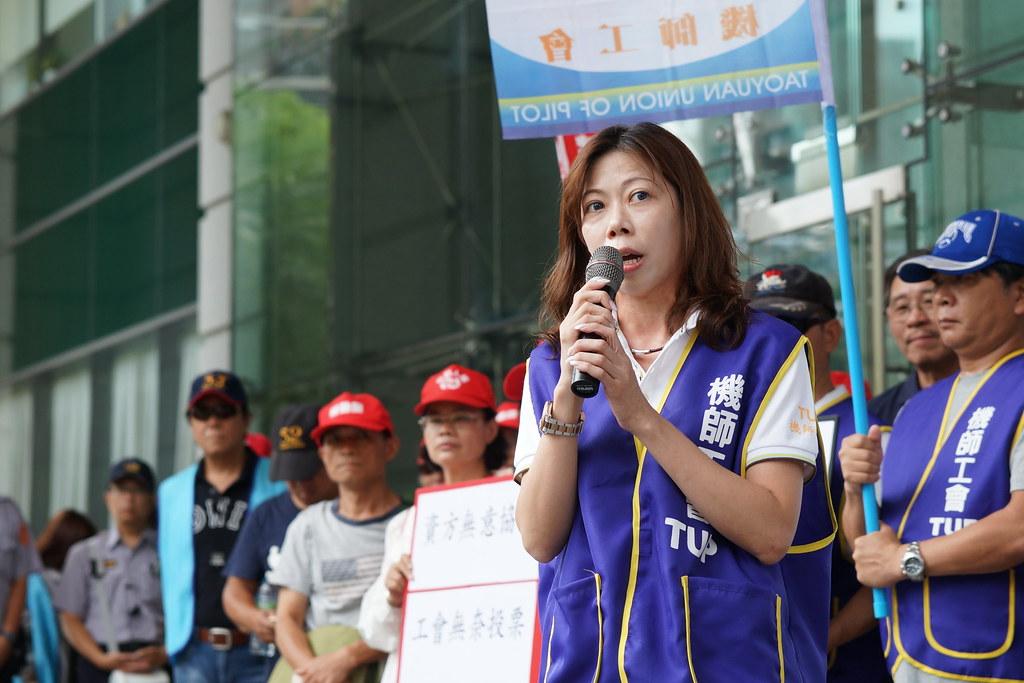 机师工会理事长李信燕和工会去年到交通部抗议。(资料照/摄影:王颢中)