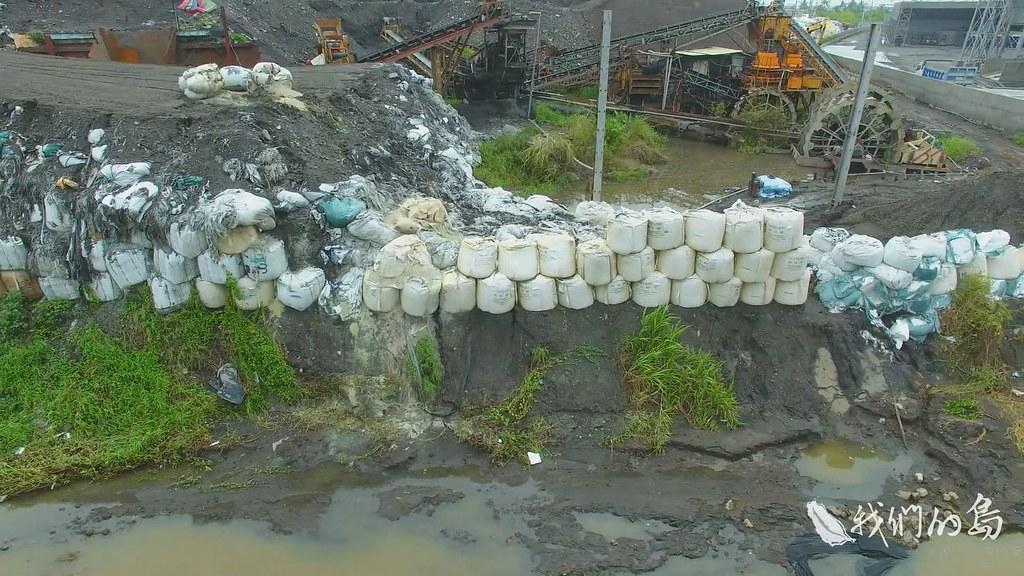 00966-1-35s民眾舉報鍇霖公司堆置的太空包已滑落到溪中,這條支流匯入北勢溪後入海,會被養殖戶抽回使用,讓環保團體十分憂慮。
