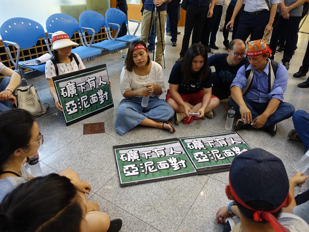 抗議民眾在大廳外靜坐,卻等不到亞泥派人出面回應。賴品瑀攝。