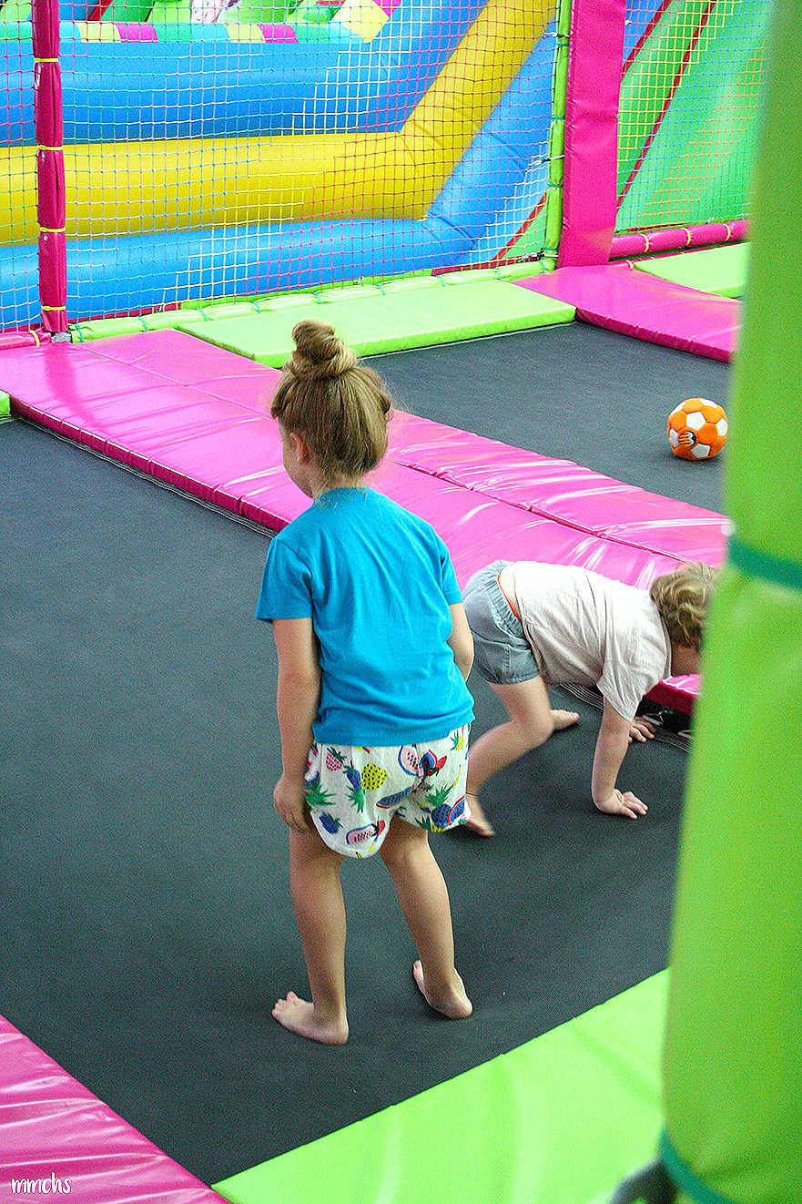 niños saltando en la feria de Valencia