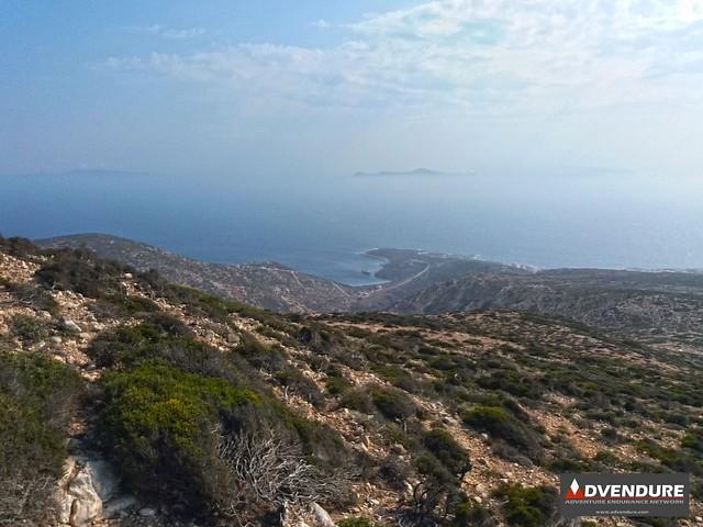 Ανηφορίζοντας προς την κορυφή του Πάπα και κοιτώντας πίσω, μέσα στο κάδρο του γαλάζιου του Αιγαίου βλέπουμε την χώρα και την διάσημη παραλία του Κέδρου!