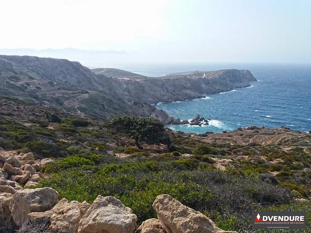 Η θέα της ανεμοδαρμένης και άγριας βορειοδυτικής πλευράς του νησιού χαρίζει όμορφες εικόνες!