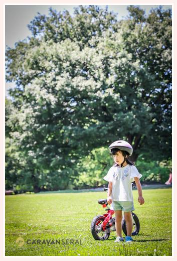 公園でストライダーに乗る女の子