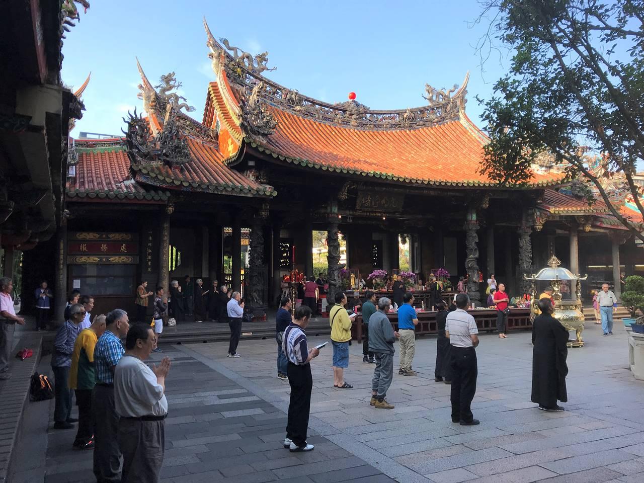 台湾・台北 龍山寺 朝の祈り