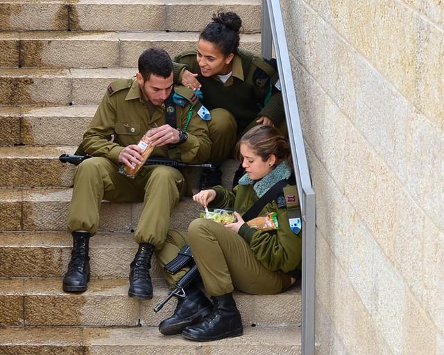 Soldados israelíes comiendo en Jerusalén