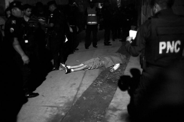 一名约18至19岁的青年死于瓜地马拉的街头。瓜地马拉枪杀率的约是世界平均的两倍。(图片来源:Carlos Javier Ortiz/Pulitzer Center on Crisis Reporting)