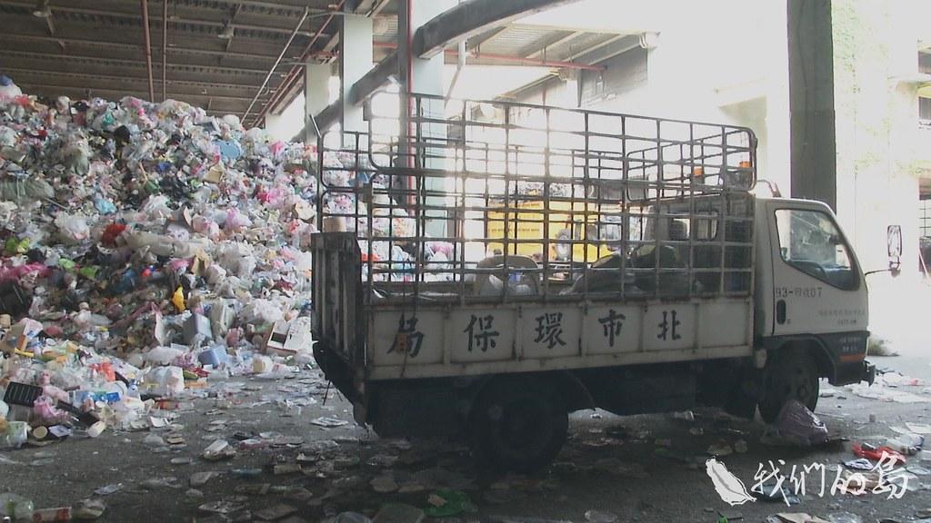 964-3-13s環保署曾在2016年估算,全台有六千公噸薄片塑膠堆置回收廠內。
