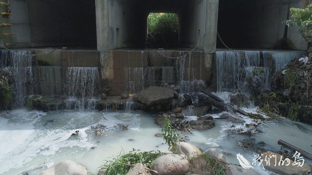 964-1-08s大漢溪左岸的埔頂地區,有住宅也有工廠,雖然已經在進行污水處裡場的建設,但污水處理廠只處理生活污水,無法處理工廠廢水。