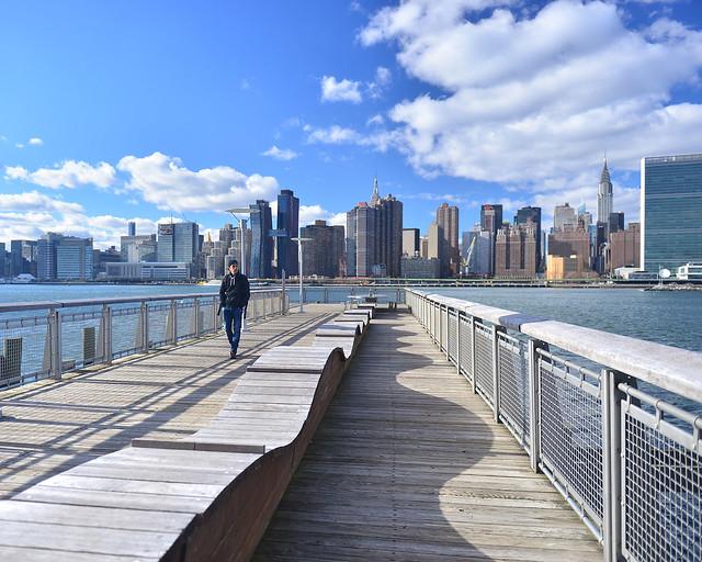 Miradores de Nueva York junto al East River con el skyline de Manhattan al fondo