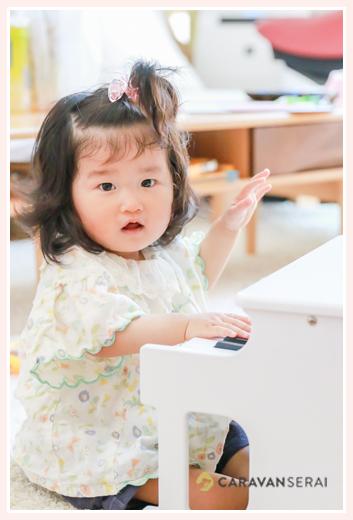おもちゃのピアノを弾く女の子赤ちゃん