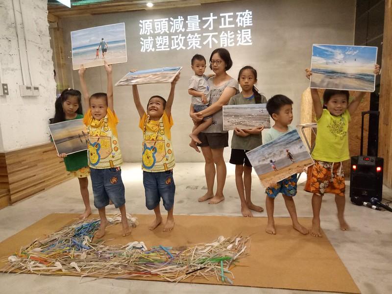 小朋友站在自海湧工作室於今年端午連假淨灘所撿拾而得的海廢浮世繪前表達他們的渴望。攝影:葉人豪。